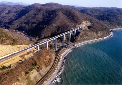 С высотой центральных опор более 100 метров, на автомобильной дороге Джубга — Сочи на Черноморском побережье Кавказа